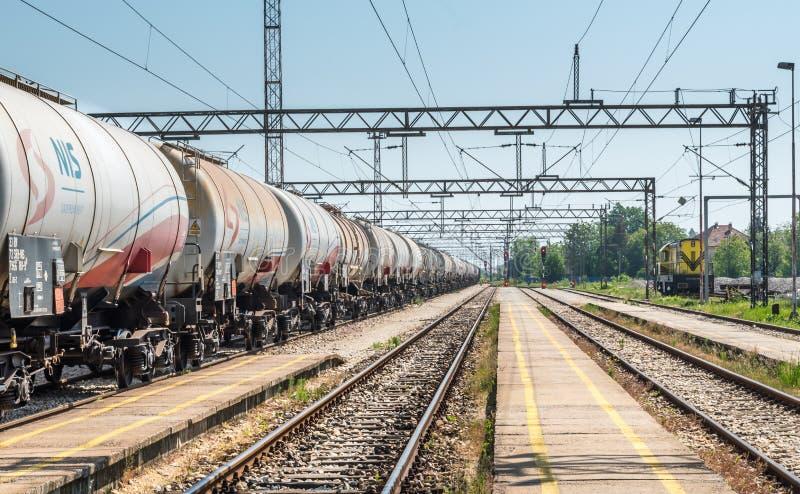 Pancevo, Сербия - 6 12 2018: Танки с транспортом газа и масла по железной дороге стоковая фотография