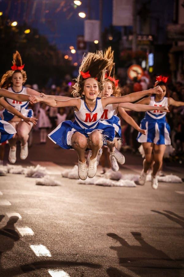 Pancevo - Sérvia 06 17 2017 Grupo de dança dos líder da claque no carn imagem de stock