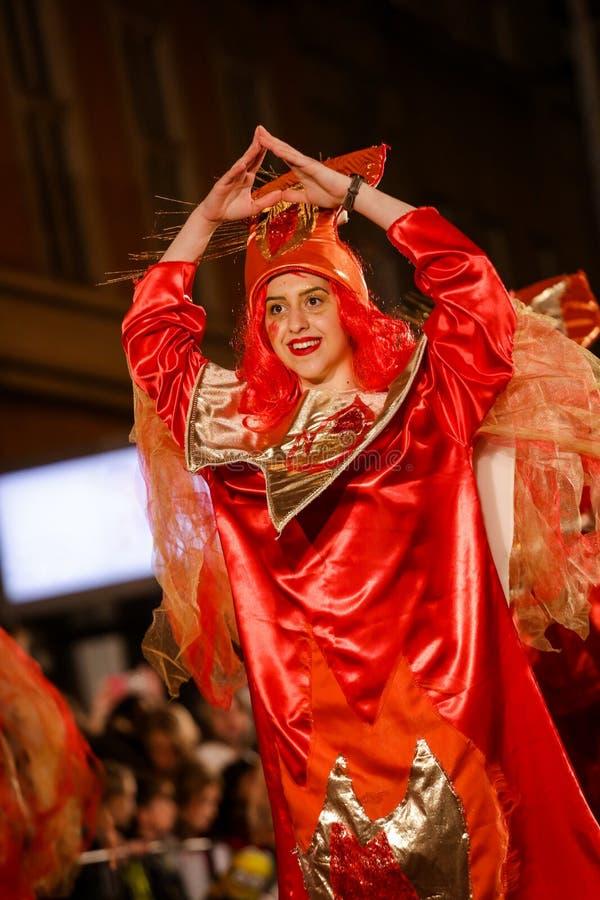 Pancevo - Sérvia 06 17 2017 Menina feliz na roupa vermelha no carniv imagens de stock royalty free