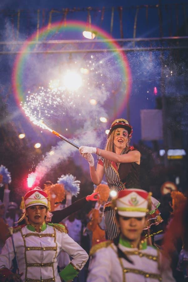 Pancevo - Sérvia 06 17 2017 Mulher com a tocha na parada de carnaval imagens de stock royalty free