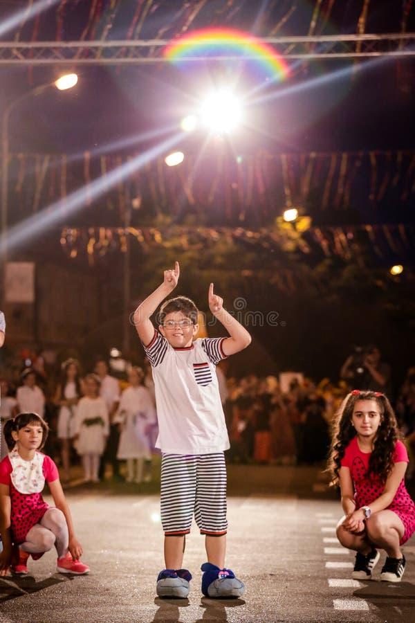 Pancevo - Serbien 06 17 2017 Glücklicher Junge auf Karnevalsparade stockbilder