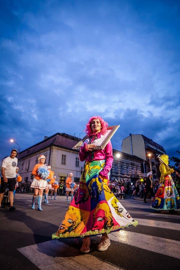 Pancevo - Serbien 06 17 2017 Mädchen kostümiert im Kleid mit Bild lizenzfreie stockbilder
