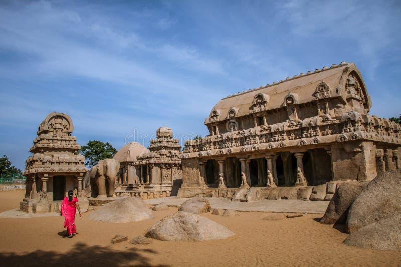 Pancha Rathas under middagsolen, Mahabalipuram, Tamil Nadu royaltyfria foton