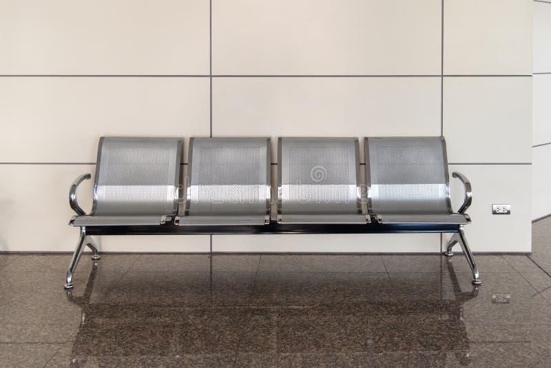 Panchetto pubblico aspettante inossidabile di fila lunga di collegamento dei banchi del pubblico della sedia fotografie stock libere da diritti