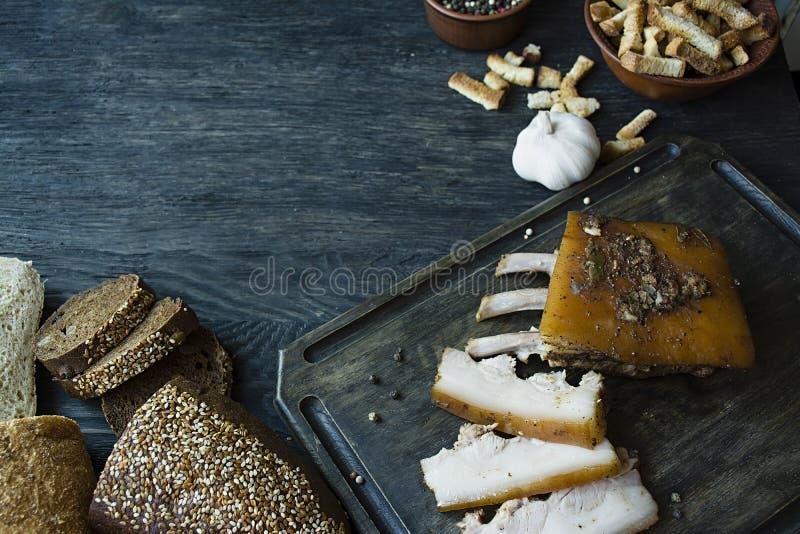 Pancia di carne di maiale cotta con le spezie, pane fresco Grasso ucraino Piatto tradizionale dell'Ucraina Priorit? bassa di legn fotografie stock libere da diritti