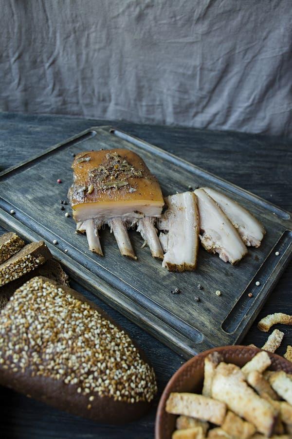 Pancia di carne di maiale cotta con le spezie, pane fresco Grasso ucraino Piatto tradizionale dell'Ucraina Priorit? bassa di legn fotografie stock