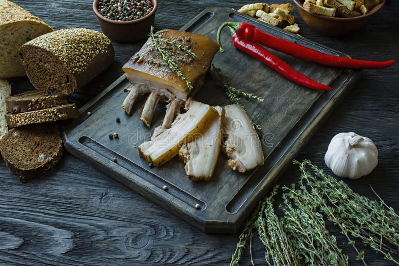 Pancia di carne di maiale cotta con le spezie, timo, pepe amaro, pane fresco Grasso ucraino Piatto tradizionale dell'Ucraina Di l fotografie stock