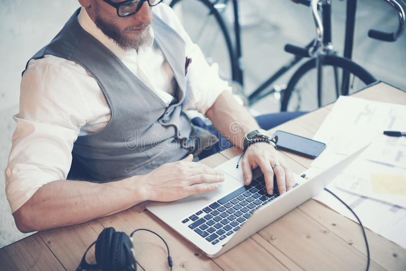 Panciotto barbuto di Wearing White Shirt dell'uomo d'affari del primo piano che funziona progetto moderno di partenza dello studi immagini stock