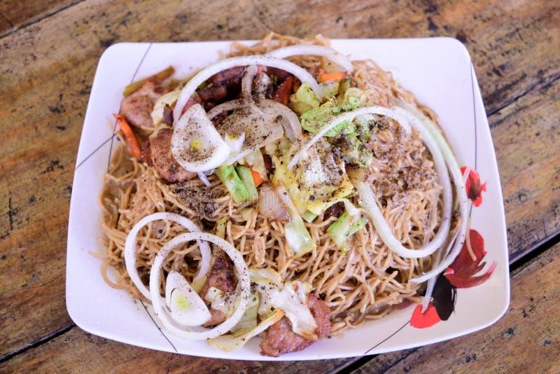 Pancit lucban - филиппинское родное блюдо стоковые изображения