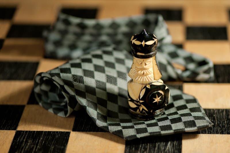 Pand over stropdas op schaakbord stock afbeelding