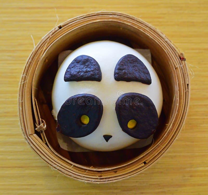 Panda Chinese-Brötchen in einem Dimsum-Bambus-Korb stockbild