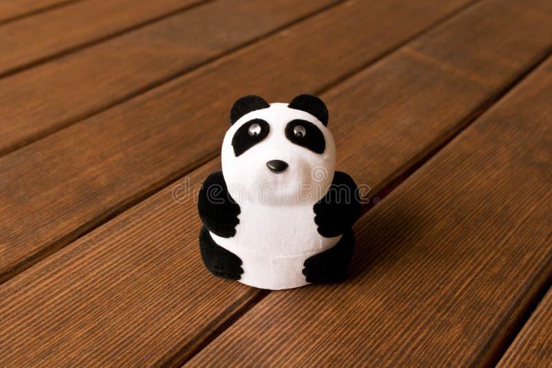 Panda drôle de jouet sur une table en bois image libre de droits