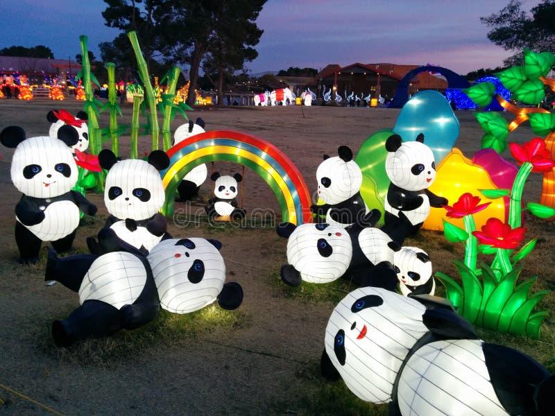 Panda's met regenboog en installaties bij Chinees lantaarnfestival royalty-vrije stock afbeeldingen