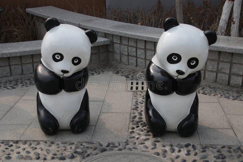 Panda Sculptures em Aibao Safari Wildllife, Baoding, China imagem de stock