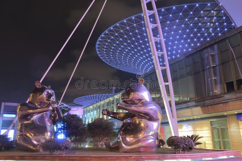 Pandastaty på flodgalleriaköpcentret Shanghai Kina royaltyfri foto