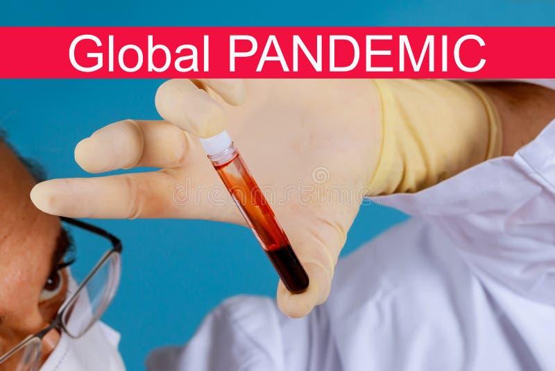 pandemia global com coronavírus COVID- 19 Mão do médico responsável pela colheita de amostras de sangue imagem de stock royalty free