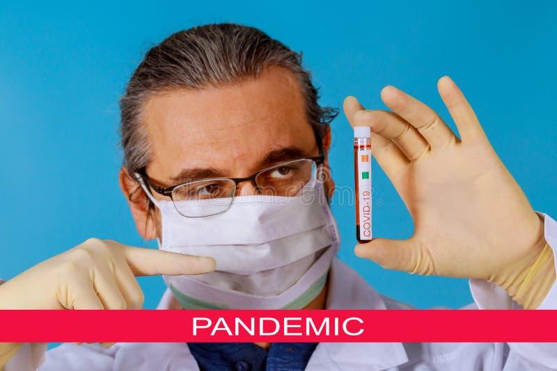 Pandemia global com coronavírus COVID- 19 Tubos de vácuo coronavírus COVID- 19 para trabalho médico com amostra de sangue em labo imagens de stock royalty free