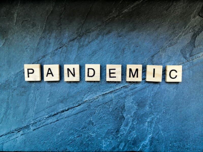 Pandemietext mit blauem Hintergrund stockbild