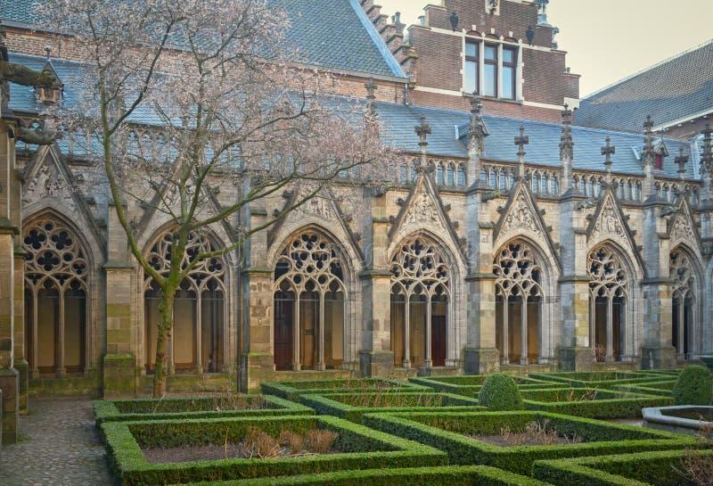 pandhof在乌得勒支,荷兰,是有规则式园林的15世纪中世纪修道院图片