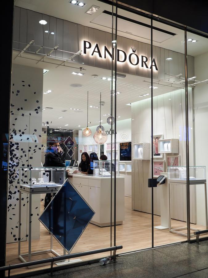 Pandora Clothing lager i Rome arkivfoton