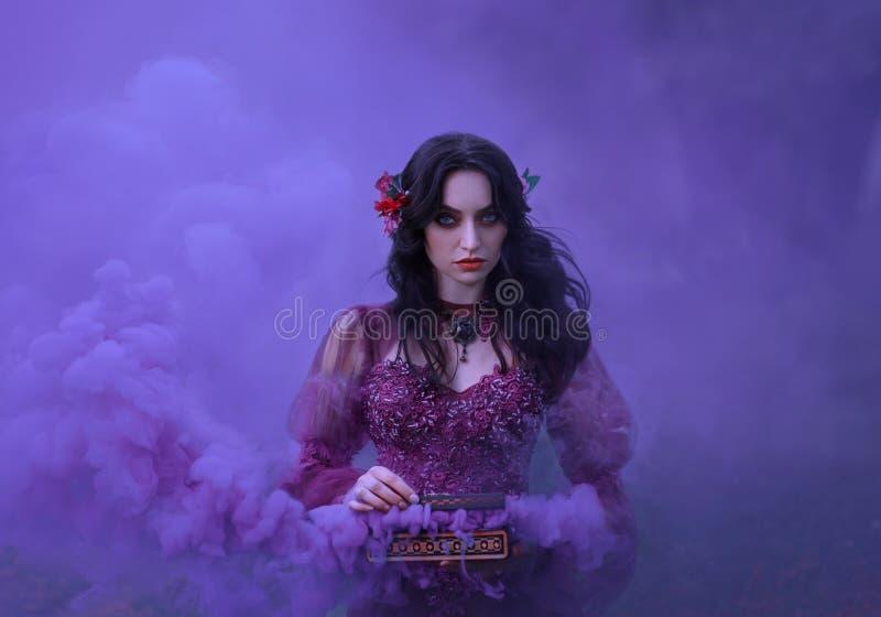 Pandoras ask den förrädiska brunettflickan i en lyxig klänning rymmer en öppen casket i hennes händer, från som royaltyfria foton
