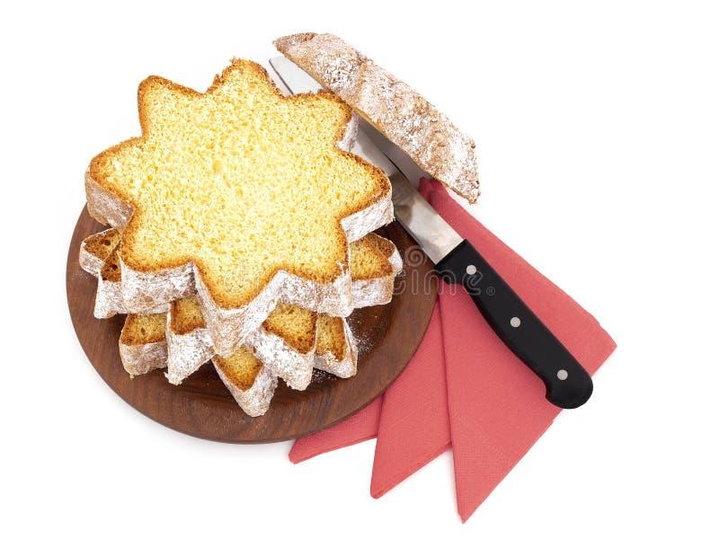 Pandoro cortado, pão de fermento doce italiano, deleite tradicional do Natal Com serviettes e a faca vermelhos no branco aéreo imagens de stock