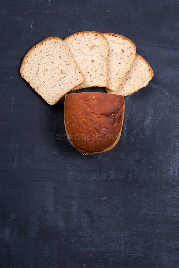 Pane affettato del ‹del †del ‹del †sul bordo nero immagine stock