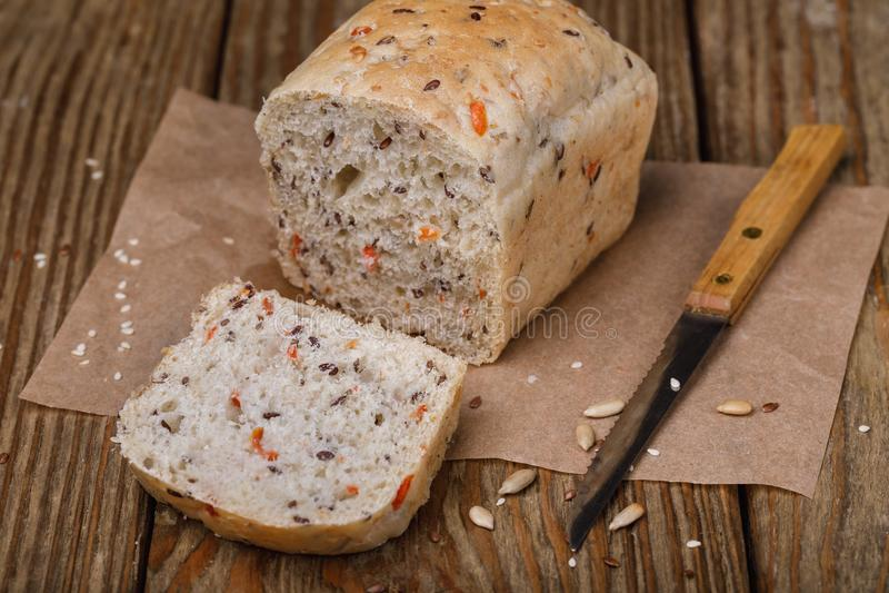 Pane, affettato in fette con l'aggiunta di lino, sesamo fotografia stock libera da diritti