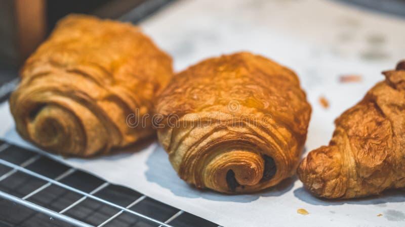 Pane al forno del croissant del rotolo con l'uva passa fotografia stock