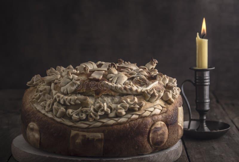 Pane al forno festivo su fondo di legno fotografia stock
