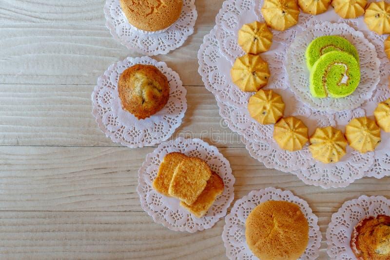 Pane all'aglio del bigné della banana del bigné del biscotto del rotolo del dolce sulla Tabella di legno bianca fotografie stock