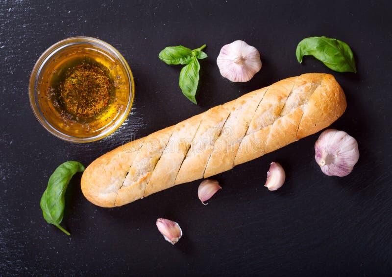 Pane all'aglio fresco con basilico ed olio immagine stock libera da diritti
