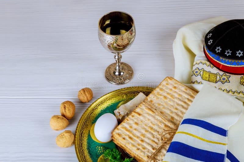 Pane azzimo per il pesach con il vassoio ed il vino del metallo sulla tavola fotografia stock libera da diritti