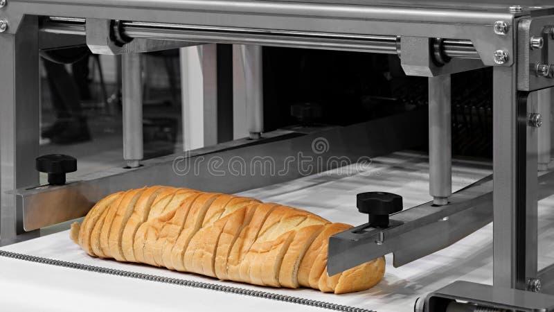 Pane bianco affettato in una tagliatrice fotografie stock