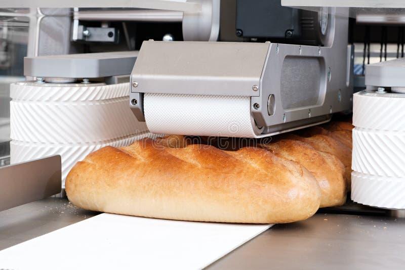 Pane bianco affettato in una tagliatrice immagini stock