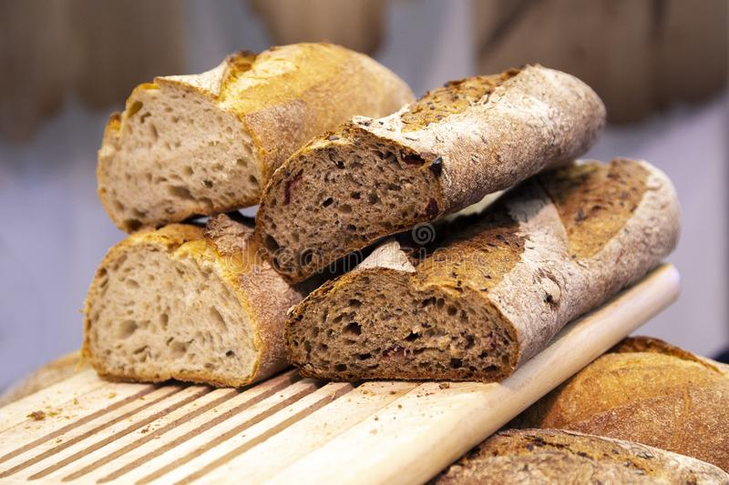 Pane bianco e nero fresco nel deposito sul contatore fotografie stock libere da diritti