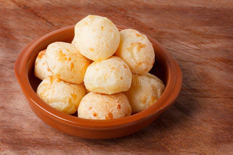 Pane brasiliano del formaggio dello spuntino (pao de queijo) in ciotola immagini stock libere da diritti
