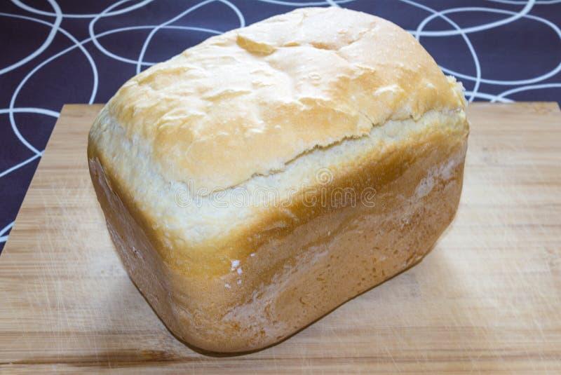 Pane casalingo bianco sul legno, isolato su in bianco e nero immagini stock
