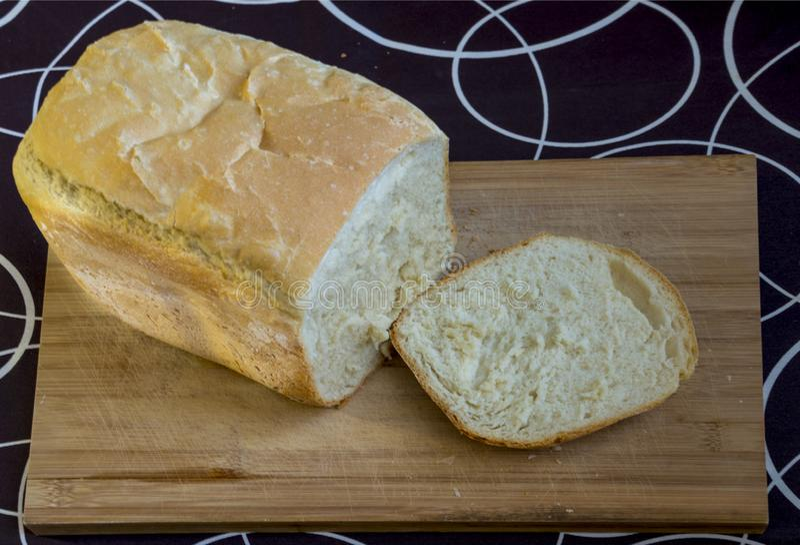 Pane casalingo bianco sul legno su in bianco e nero immagine stock libera da diritti