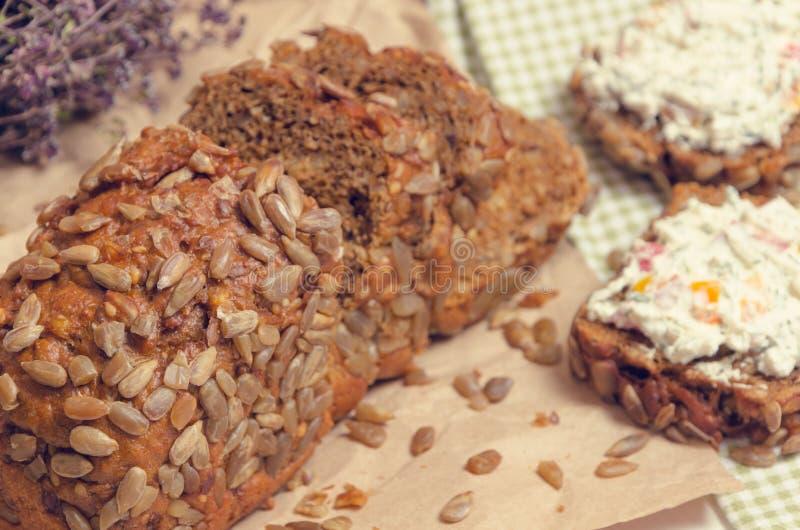 Pane casalingo con formaggio rustico fresco fotografie stock libere da diritti