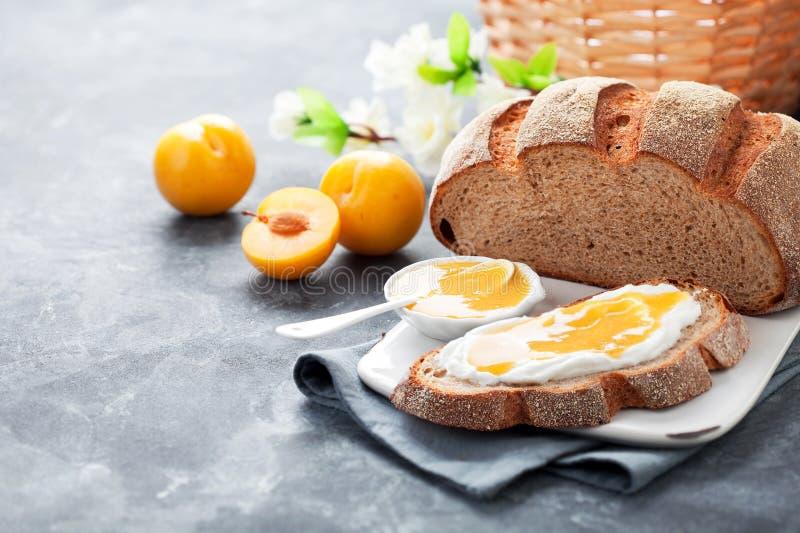 Pane casalingo con il formaggio cremoso giallo dell'inceppamento della prugna e fotografie stock libere da diritti