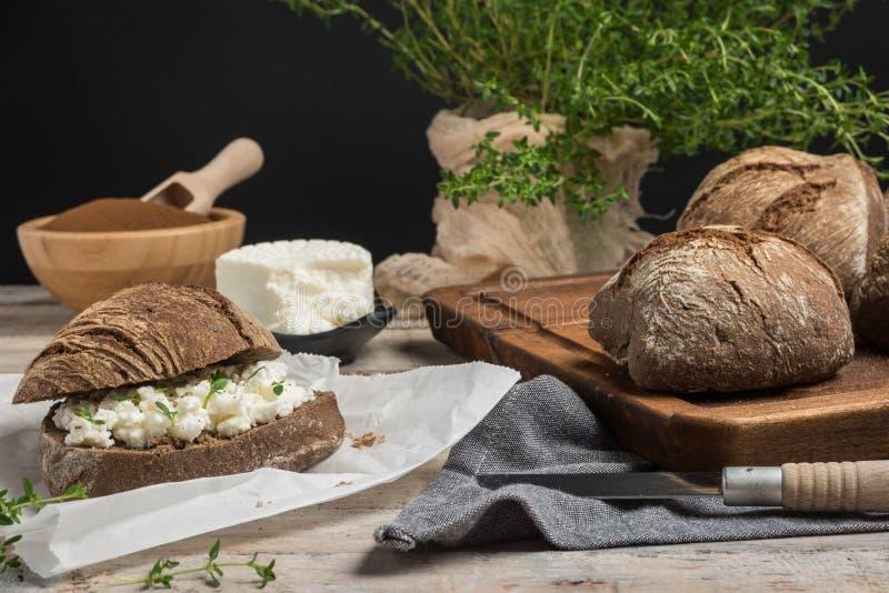 Pane casalingo dell'azienda agricola con la cagliata della ricotta e l'erba del timo, mal immagine stock libera da diritti