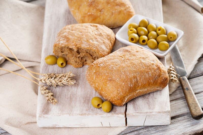 Pane casalingo, olive e coltello immagini stock libere da diritti