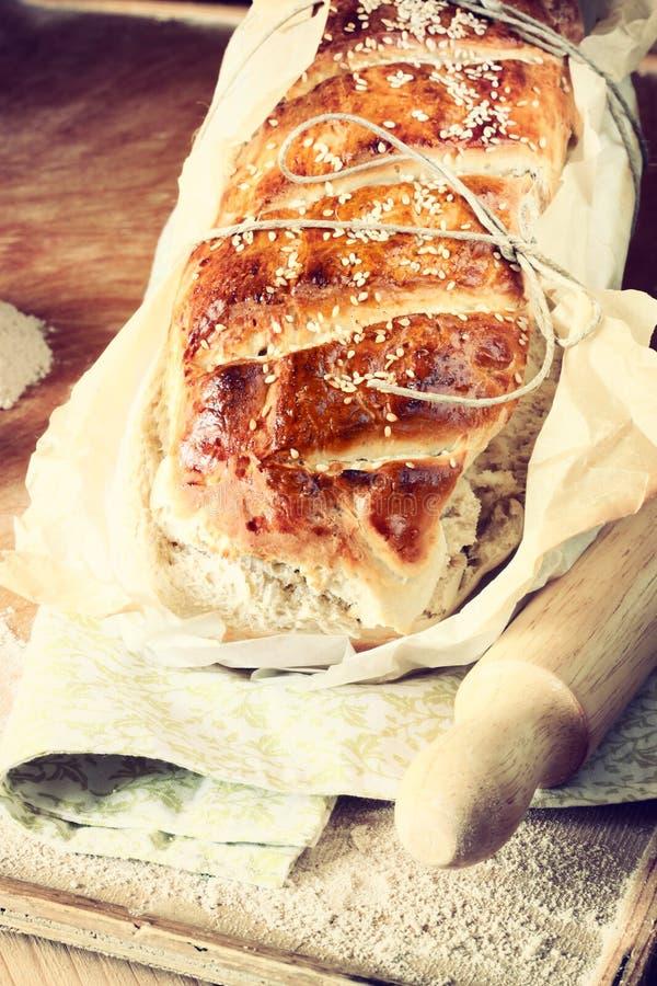 Pane casalingo rustico fotografato al di sotto della l naturale immagine stock