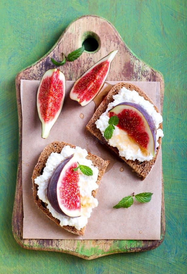 Pane con formaggio ed i fichi freschi immagine stock