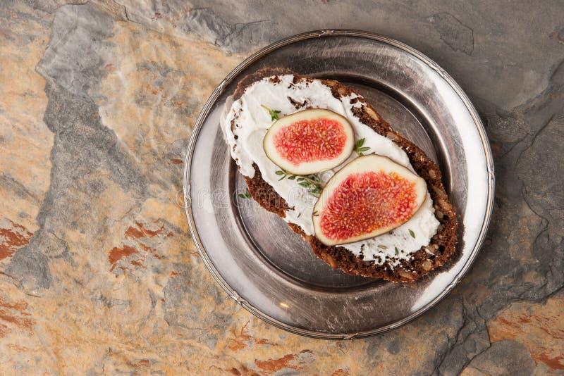 Pane con formaggio fresco, il fico ed il timo sulla vista superiore di piastra metallica d'annata fotografia stock libera da diritti