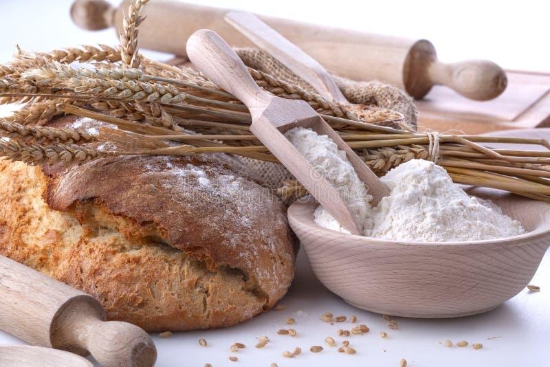 Pane con grano e farina immagini stock libere da diritti
