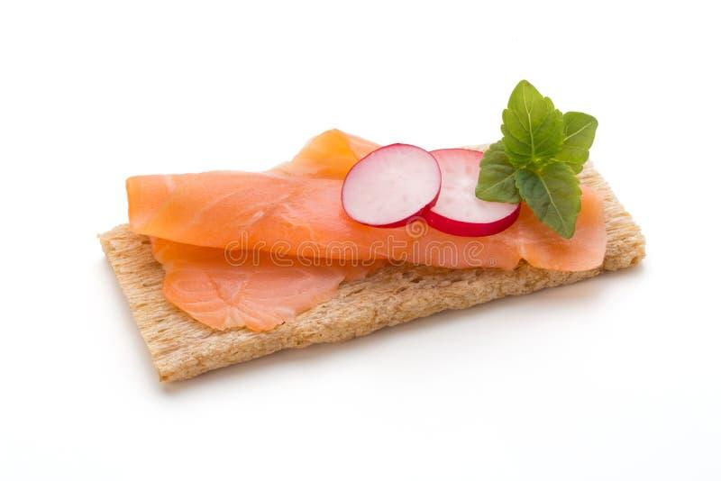 Pane con il raccordo di color salmone fresco isolato su fondo bianco, vista superiore fotografie stock