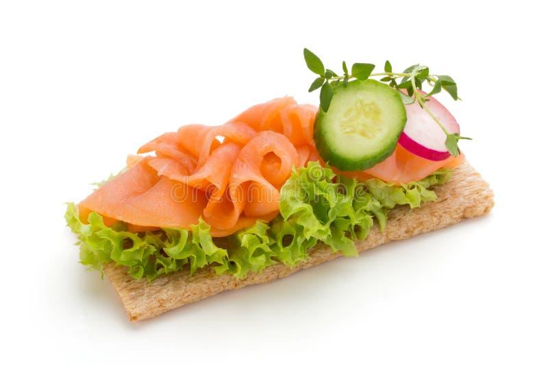 Pane con il raccordo di color salmone fresco isolato su fondo bianco, vista superiore fotografie stock libere da diritti