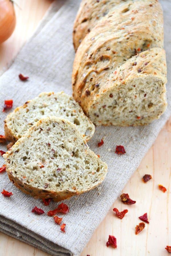 Pane con la cipolla, la paprica, il cumino e l'aneto immagine stock libera da diritti
